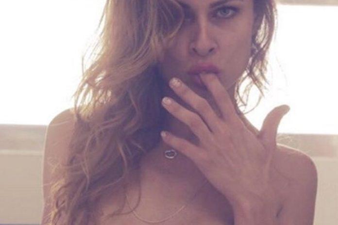 Imagem de: Com poesia e ''nudes'', modelo lucra R$ 2,5 mil mensais no WhatsApp