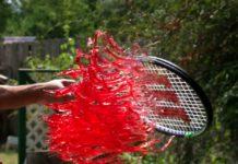 Imagem de: Assista a uma raquete de tênis fatiar gelatina em câmera lenta