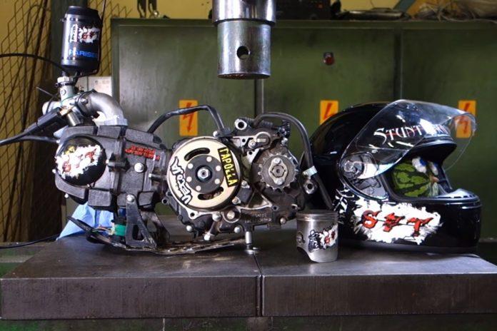 Imagem de: Confira um motor de motocicleta sendo esmagado por uma prensa hidráulica
