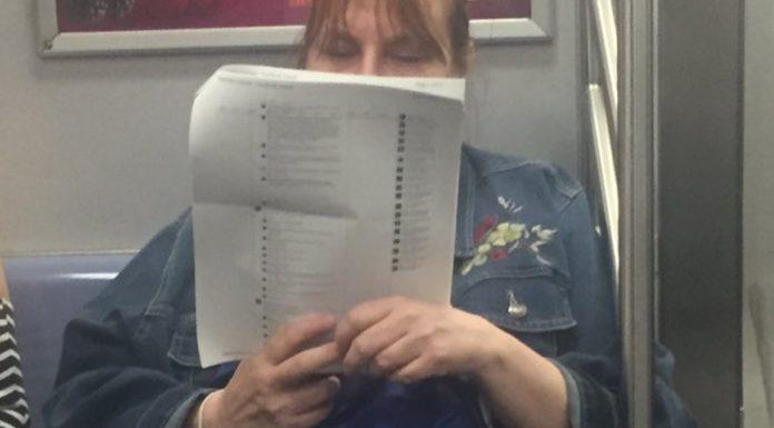 Imagem de: Mulher imprime postagens do Facebook para ler no metrô