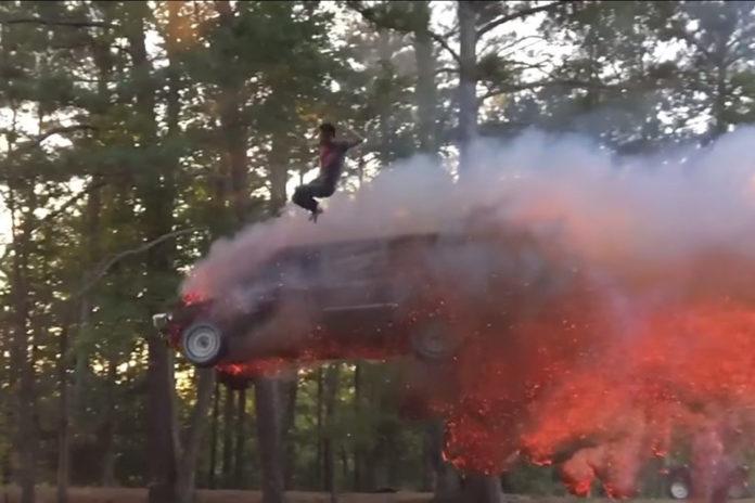 Imagem de: Que tal saltar de um carro em chamas que vai cair em um lago?! [vídeo]