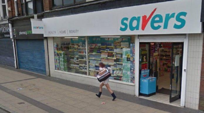 Imagem de: Pega ladrão: mulher é capturada no Google Street View após assalto em loja