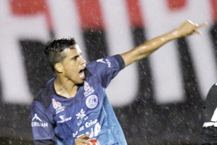 Imagem de: Bola de Ouro: ex-jogador do Goianésia tem 'ajuda HUE HUE BR' e supera Messi