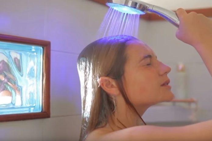 Imagem de: Chuveiro inteligente Hydrao muda de cor de acordo com gasto de água