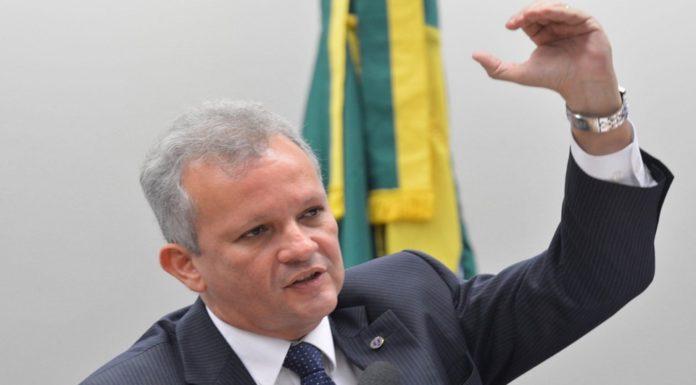 Imagem de: Vai dar briga! Governo critica Anatel e vai exigir internet ilimitada