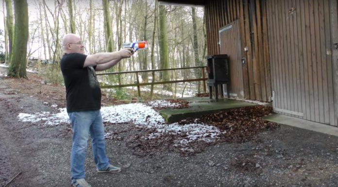 Imagem de: Não tente em casa: homem coloca lâmina em esponja de projéteis Nerf (vídeo)