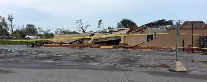 Imagem de: Tornado violento esmaga Starbucks como papel e ação é registrada em vídeo
