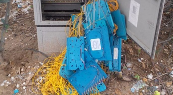 Imagem de: Homem quebra armário telefônico tentando 'destruir a internet' na China