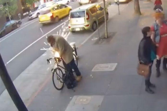 Imagem de: Muita faísca: ladrão usa serra elétrica portátil e rouba bike em público