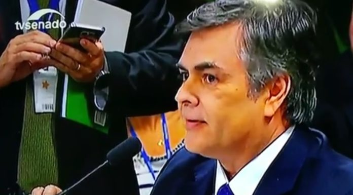 Imagem de: 'Gemido do WhatsApp' atrapalha reunião do impeachment no Senado [vídeo]