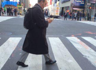 """Imagem de: """"Teje"""" banido: Honolulu proíbe atravessar as ruas enquanto mexe no celular"""